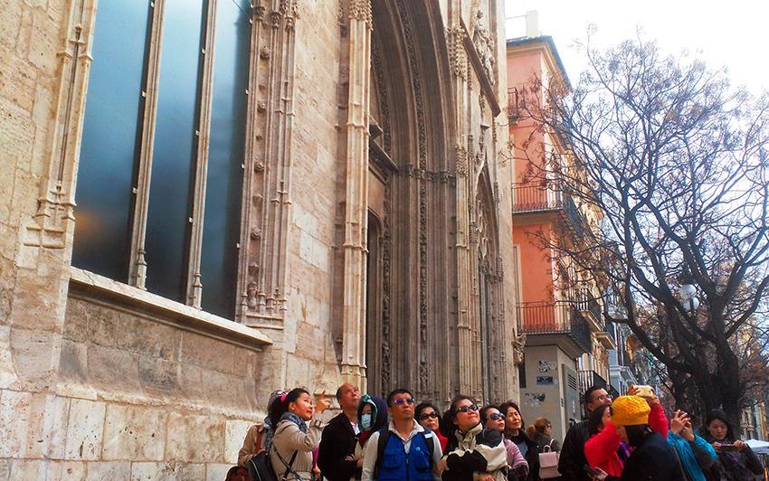 Un grupo de turistas chinos visita la Lonja de Valencia.