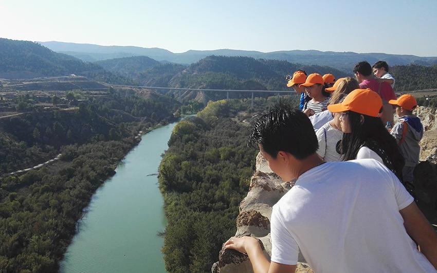 Turistas chinos disfrutan de un actividad de montaña en la provincia de Alicante.