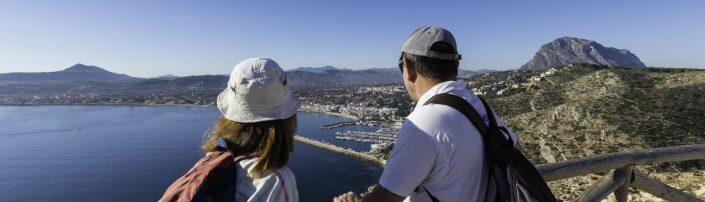 Una pareja contempla la bahía de Xàbia, en la Comunitat Valenciana