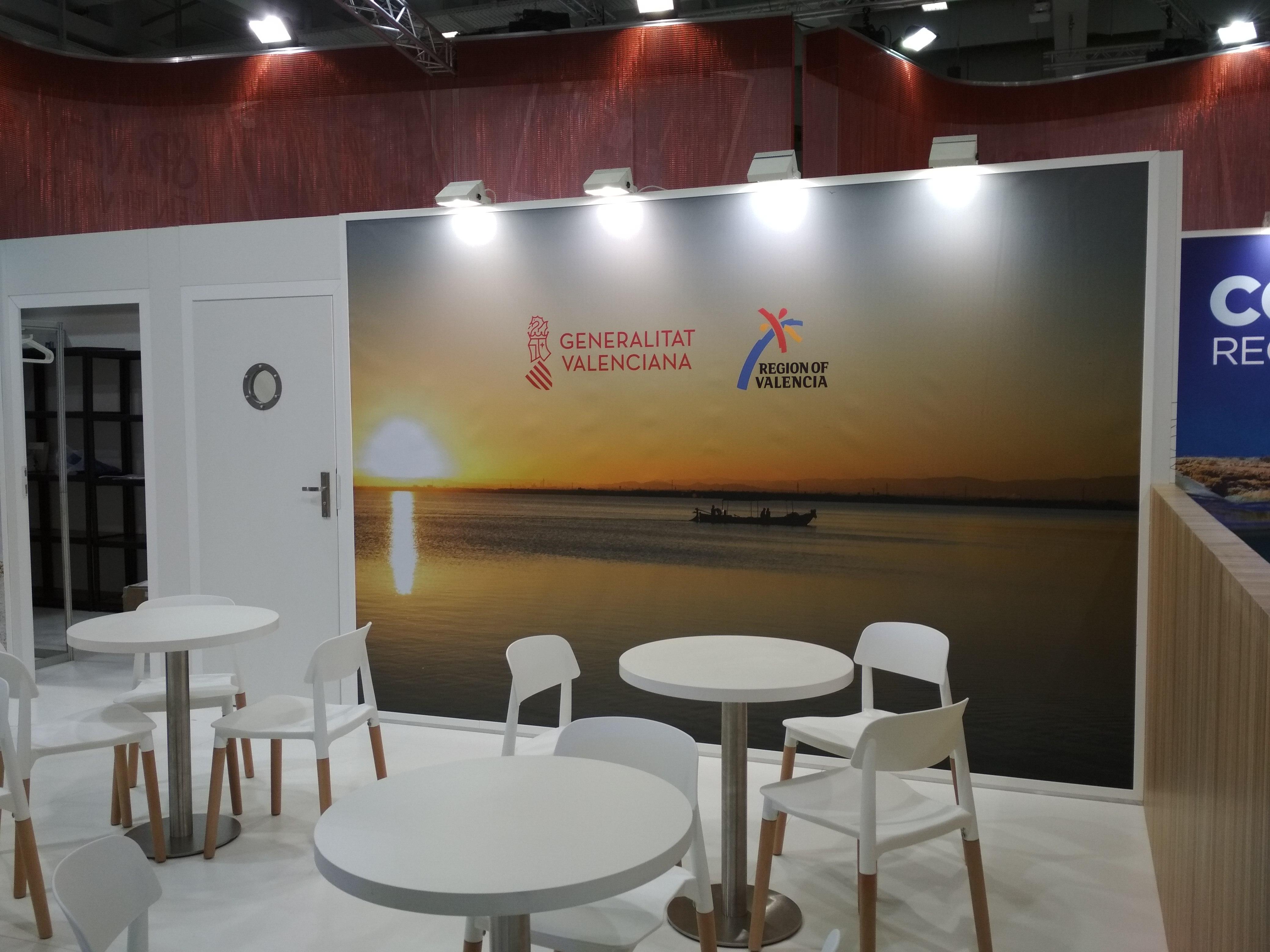 Zona de mesas de reunión en el stand de la Comunitat Valenciana en la ITB Berlín 2018