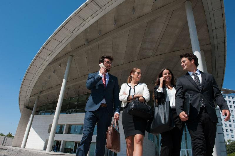 Turismo de Reuniones. Profesionales saliendo del Palacio de Congresos de Valencia