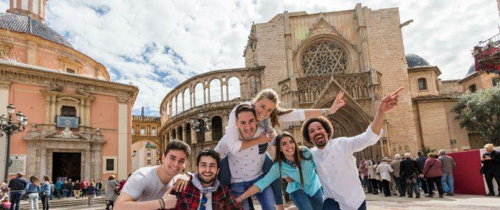 Grupo de turistas jóvenes en la plaza de la Virgen de Valencia
