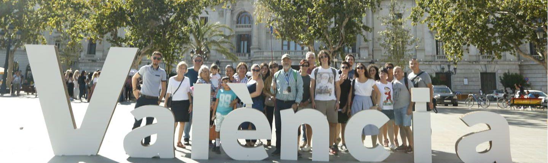 Grupo de turistas con visita guiada frente al Ayuntamiento de València