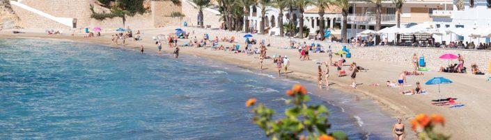 Cala El Portet Moraira con bañistas