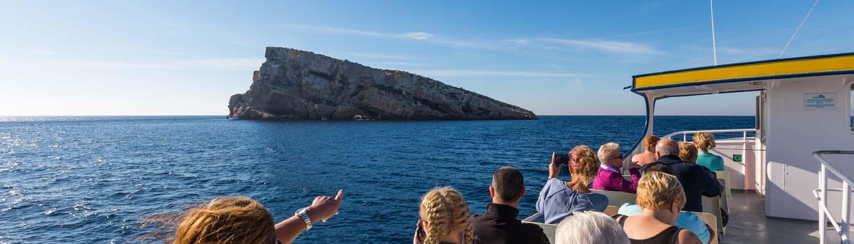 Turistas frente a la isla de Benidorm