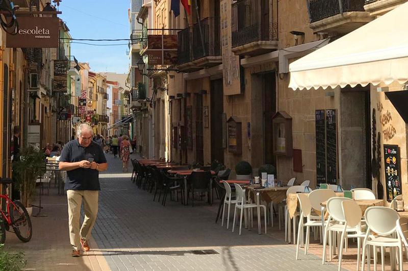 Turista mirando el móvil en Dénia, Comunitat Valenciana