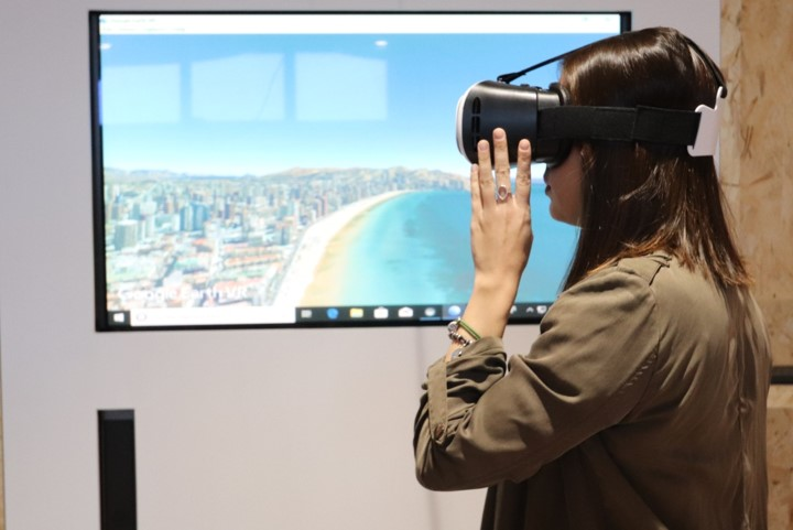 Chica probando gafas de realidad virtual en el Smart Lab de Invattur