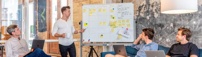 Emprendedores analizando el modelo de negocio