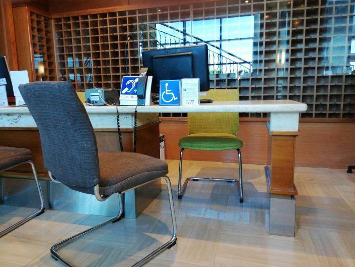 Mesa de recepción hotel adaptado