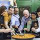 Grupo de personas degustando una paella en el World Paella Day
