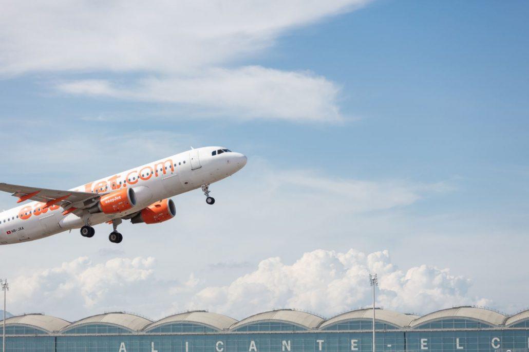 Avión de EasyJet despegando del aeropuerto de Alicante, Comunitat Valenciana
