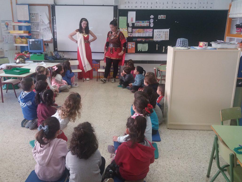 Inforamdoras de la Tourist Info Pilar de la Horadada en un colegio
