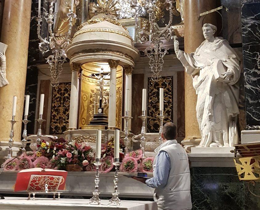 Técnico de la Fundación Santa María la Real colocando sensores en la Basílica de los Desemparados de València