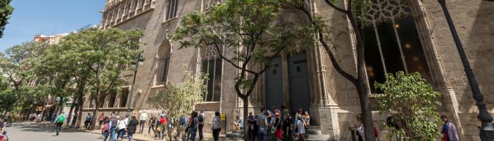 Fachada de La Lonja de València con gente 1500x430