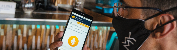 Camarero usando la app de Mister Tino Carta Virtual Inteligente