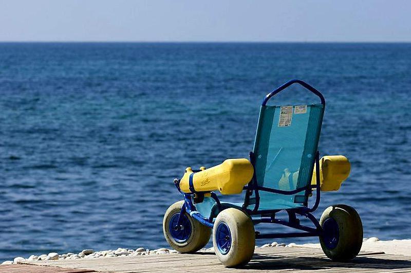 silla de ruedas anfibia frente al mar