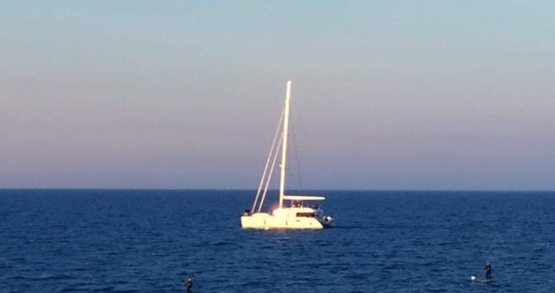 Velero en la playa de las Arenas de València, vista desde la Marina. Comunitat Valenciana